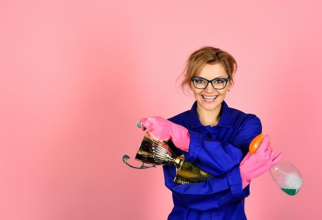 Pflichtenhäusliche arbeitshygiene sauberkeit reinigung reinigungsprodukt konzept glückliche frau in uniform