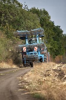 Pflügen eines roten traktorfeldes.