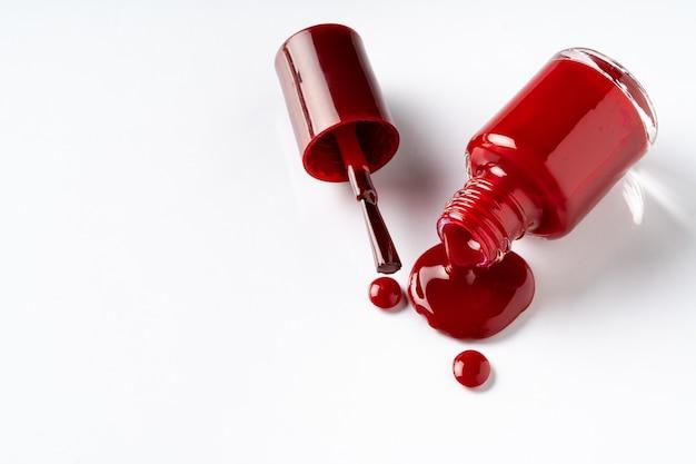Pfütze des verschütteten nagellacks auf einem weißen hintergrund