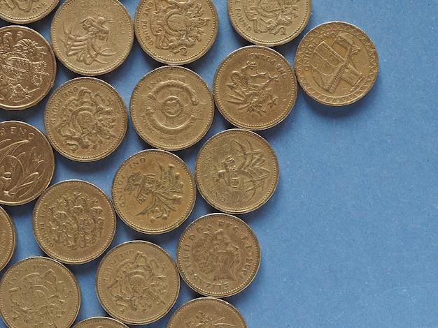 Pfundmünzen, vereinigtes königreich über blau mit kopierraum