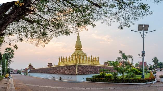 Pha that luang ist ein mit gold überzogener großer buddhist. vientiane, laos.