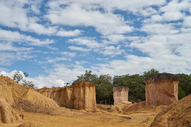 Phae mueang phi nation park in phrae, natürliche abnutzung von sandstein, thailändische schlucht