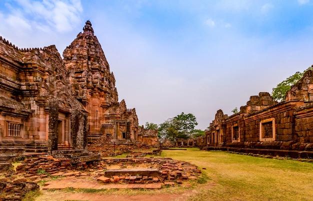 Phanom rung historical park, ist ein altes khmer-schloss, das als eines der schönsten in thailand gilt.