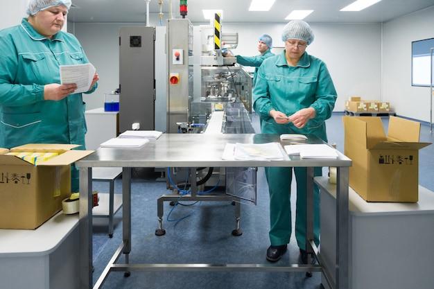 Pharmazeutische fabrikarbeiter in steriler umgebung