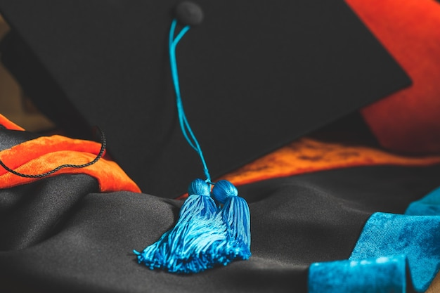 Phd-absolvent in schwarzhut universitätsabschluss blaue quaste zeigt
