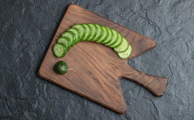 Phhoto der geschnittenen gurkenform oben. hochwertiges foto