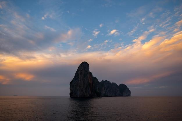 Phi phi island der berühmte marksteinmeerblick von thailand. sonnenuntergang zeit
