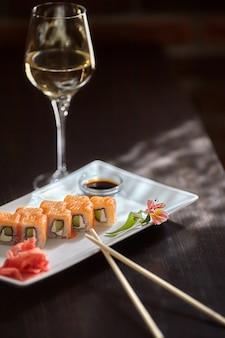 Philadelphia maki sushi rolls mit lachs, käsecreme und gurke