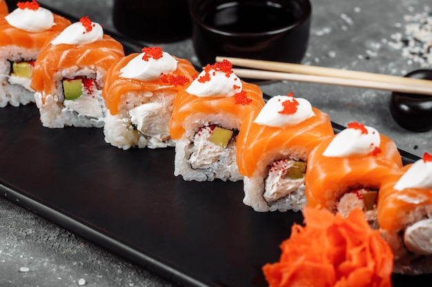 Philadelphia roll sushi mit lachs, räucheraal, gurke, avocado, frischkäse, rotem kaviar. sushi-menü. japanisches essen