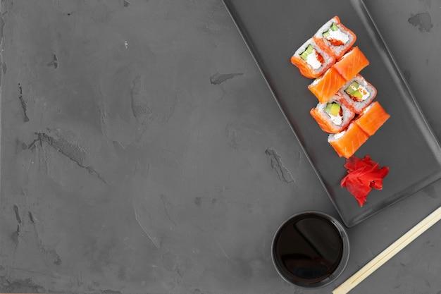 Philadelphia sushi roll auf schwarzem hintergrund draufsicht