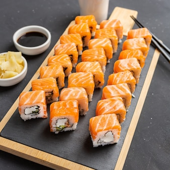 Philadelphia sushi roll aus frischem lachs, avocado und frischkäse im inneren. traditionelle japanische küche