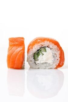 Philadelphia-sushi-rolle auf einem isolierten weißen hintergrund mit reflexion