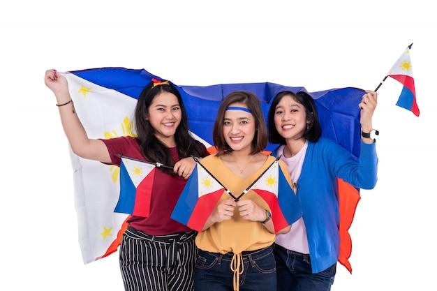 Philippinische frau, die philippinische nationalflagge hält