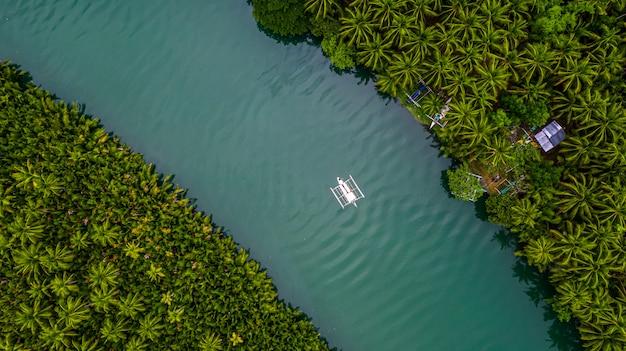 Philippinisches boot der luftaufnahme im fluss, bohol, philippinen