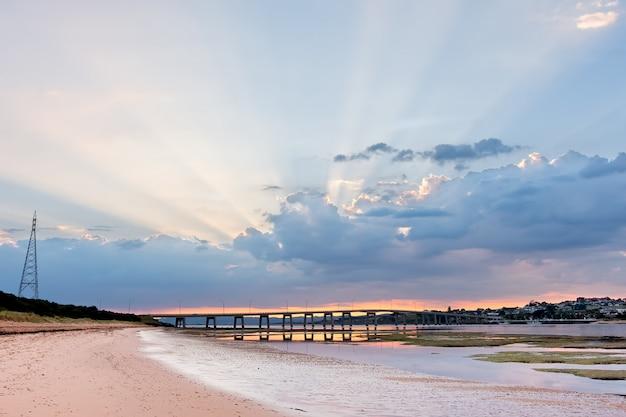 Phillip island bridge bei sonnenaufgang. melbourne, victoria, australien.