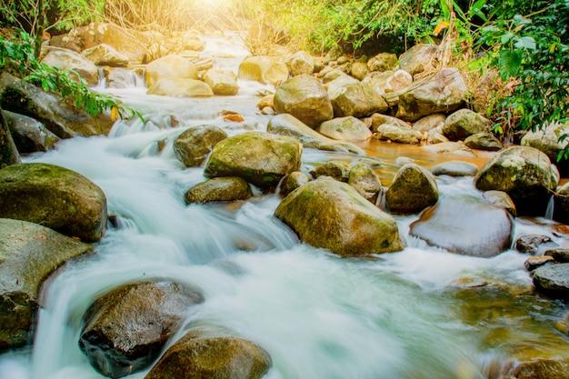 Phlio-wasserfall in nationalpark namtok phlio
