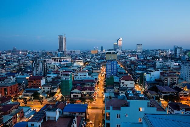 Phnom penh, kambodscha - 14. januar 2018: stadtbild von licht morgengebäude, abstrakter hintergrund