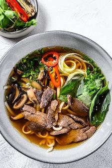 Pho bo vietnamesische suppe mit rindfleisch. weißer hintergrund. draufsicht