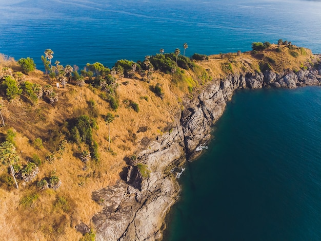 Phomthep oder promthep höhlenikone von phuket, thailand. luftaufnahme von der drohnenkamera des phromthep-höhlenblickpunktes bei phuket.