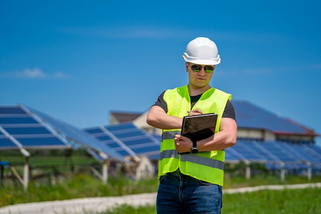 Photovoltaik-baustelle. ingenieur bei der arbeit.