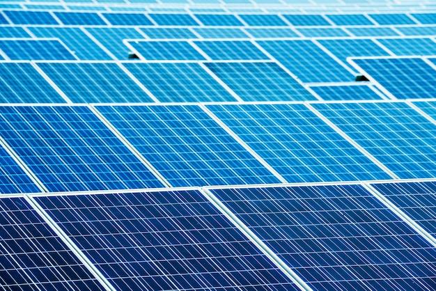 Photovoltaik mit reflexion des bewölkten himmels