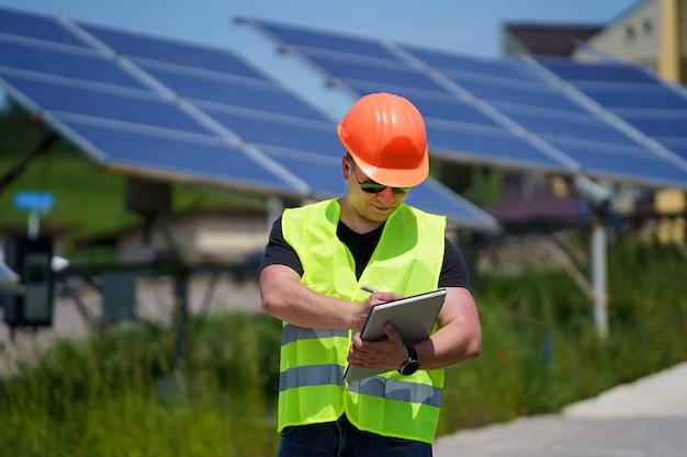 Photovoltaikanlagen zur stromerzeugung. grüne energie. elektrizität. power-energie-panels. ingenieur auf einer solaranlage.