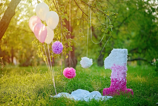 Photozone mit papiersternen, luftballons, einer großen, voluminösen papierfigur. erster geburtstag.
