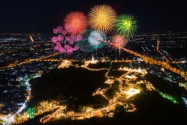 Phra nakorn kiri feuerwerksfest in der nacht in phetchaburi, thailand
