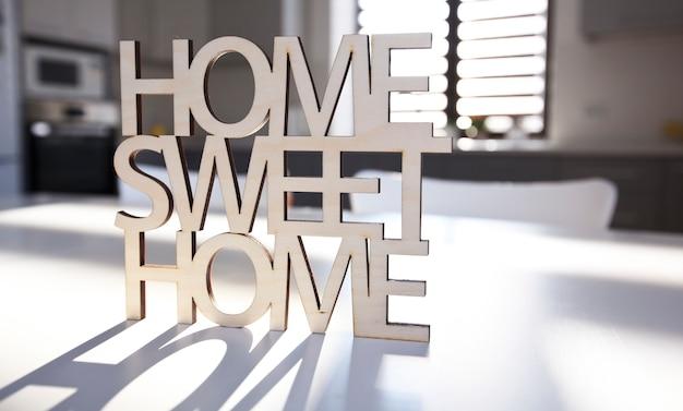 Phrase home, süßes haus aus holz auf hintergrund der küche im neuen haus