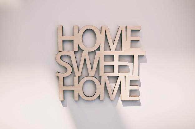 Phrase home, süßes zuhause aus holz auf dem tisch