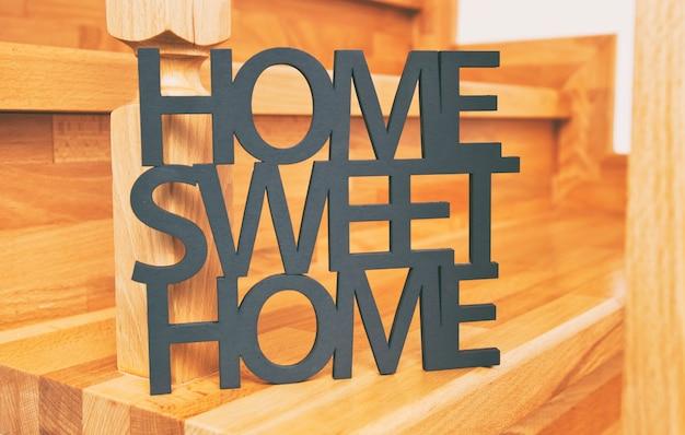 Phrase home, süßes zuhause aus holz