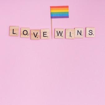 Phrase love gewinnt und lgbt-flagge