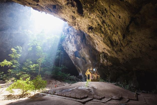 Phraya nakhon cave ist die beliebteste attraktion ist ein pavillon mit vier giebeln, der während der herrschaft von könig rama gebaut wurde. seine schönheit und unverwechselbare identität ist der pavillon in prachuap khiri khan, thailand.