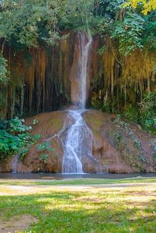 Phu sang wasserfall mit wasser nur in thailand. -36 bis 35 grad celsius wassertemperaturen, die von einer 25 meter hohen kalksteinklippe fließen.