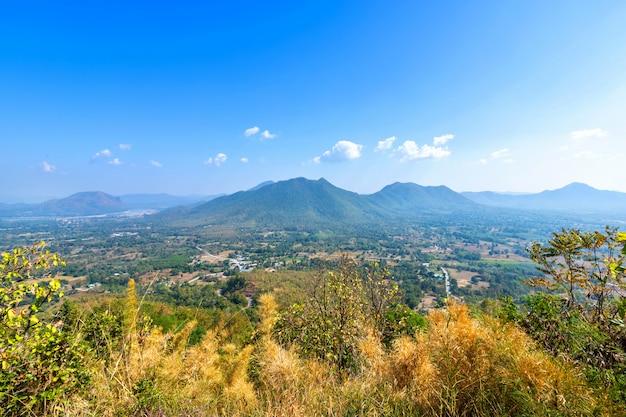 Phu thok park des grünen waldgebirges des schönen panoramablickes in der provinz loei, thailand, blaue himmelbeschaffenheit mit weißen wolken