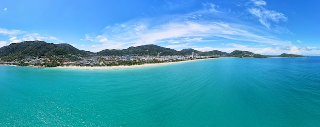 Phuket thailand karon beach 2021 luftbild reisestadt und strand im sommer tropisches strandmeer