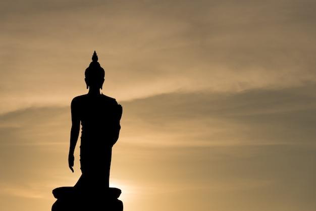 Phutthamonthon ist platz für buddhistischen dharma mit blauem himmel und sonnenuntergang