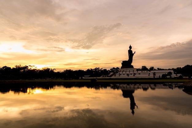 Phutthamonthon ist platz für buddhistischen dharma mit orange und gelbem himmel und sonnenuntergang.