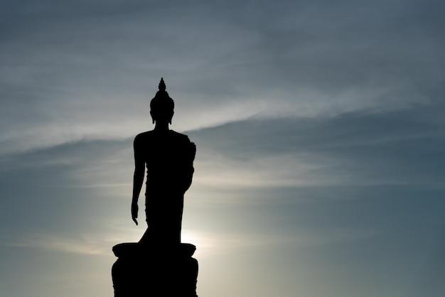 Phutthamonthon ist platz für buddhistisches dharma mit blauem himmel und sonnenuntergang