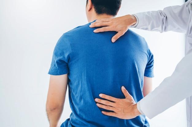 Physikalischer doktor, der mit patienten über rückenprobleme sich berät. physiotherapie