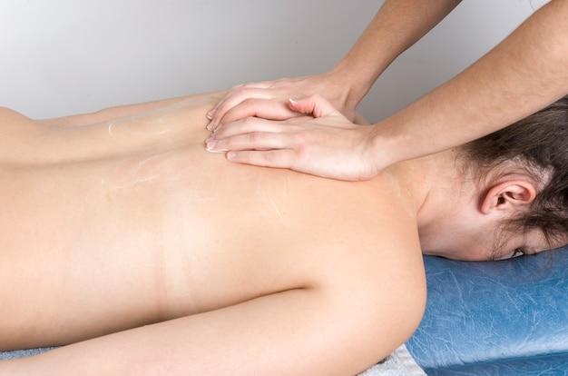 Physiotherapeut, chiropraktiker, der einem patienten eine massage gibt.