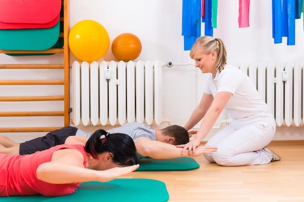 Physiotherapeut, der den patienten gymnastische übung gibt