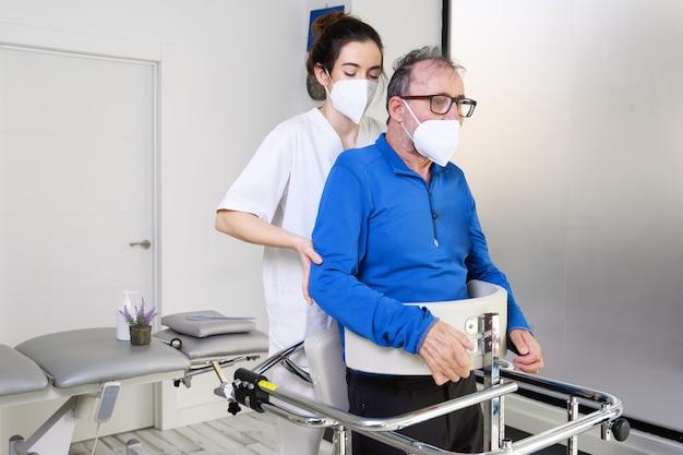 Physiotherapeut, der einen patienten mit amyotropher lateralsklerose unterstützt.