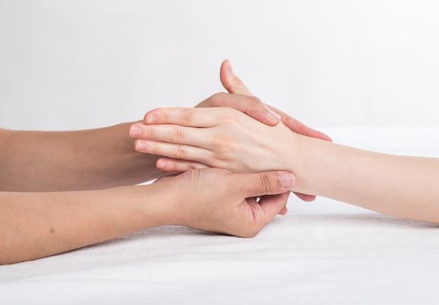 Physiotherapeut, der handmassage im ärztlichen dienst tut