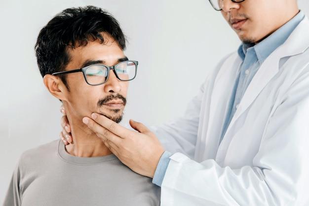 Physiotherapeut, der heilbehandlung auf dem hals des mannes, chiropraktikanpassung tut