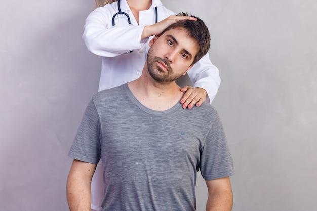 Physiotherapeut, der mit patienten in der klinik arbeitet, nahaufnahme