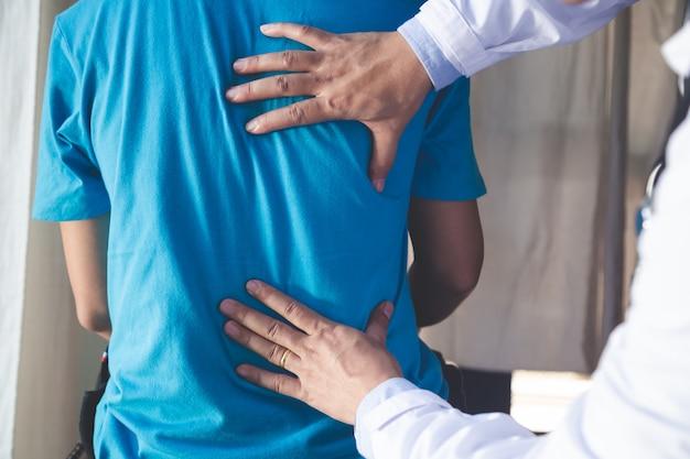 Physiotherapeut, der mit patienten in der klinik, nahaufnahme arbeitet