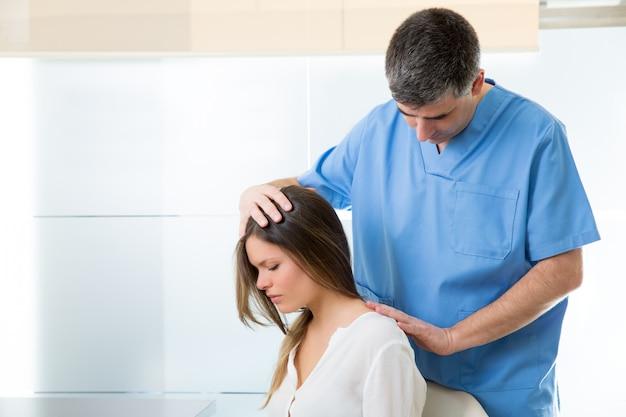 Physiotherapeut, der myofasziale therapie bei patientin vornimmt