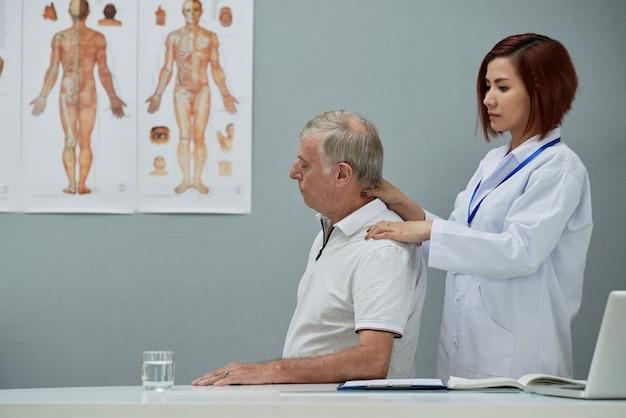 Physiotherapeut, der nackenmassage anbietet