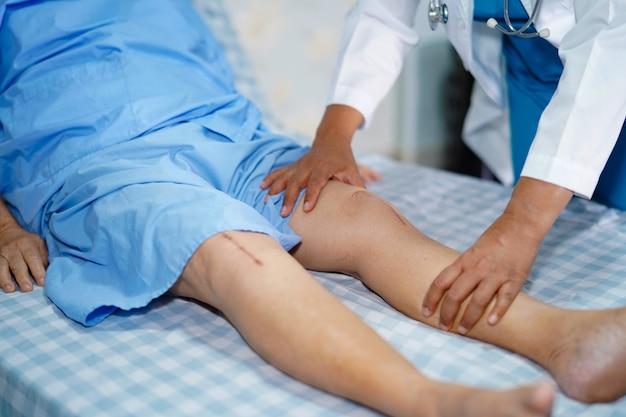 Physiotherapeut, der physiotherapie in der rehabilitation mit patienten im krankenhaus tut